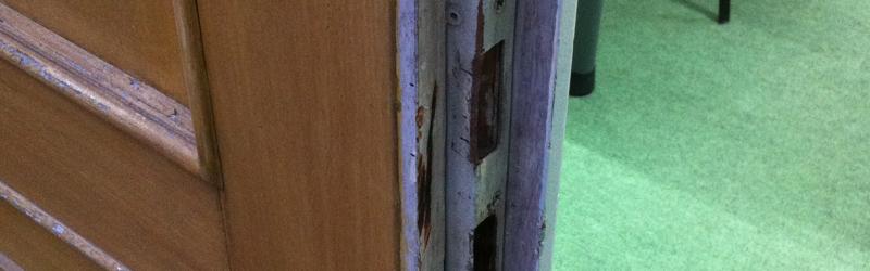 Die Tür klemmt oder der Zylinder schließt nicht mehr ?